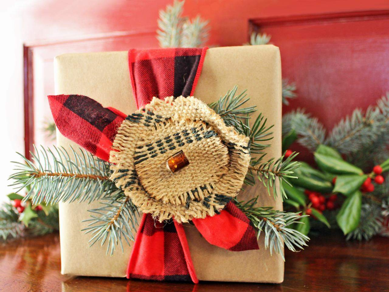 original_Camille-Smith-rustic-plaid-gift-wrap2.jpg.rend.hgtvcom.1280.960